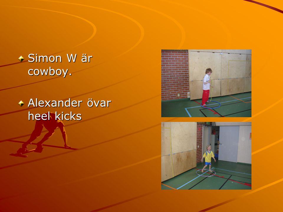 Simon W är cowboy. Alexander övar heel kicks