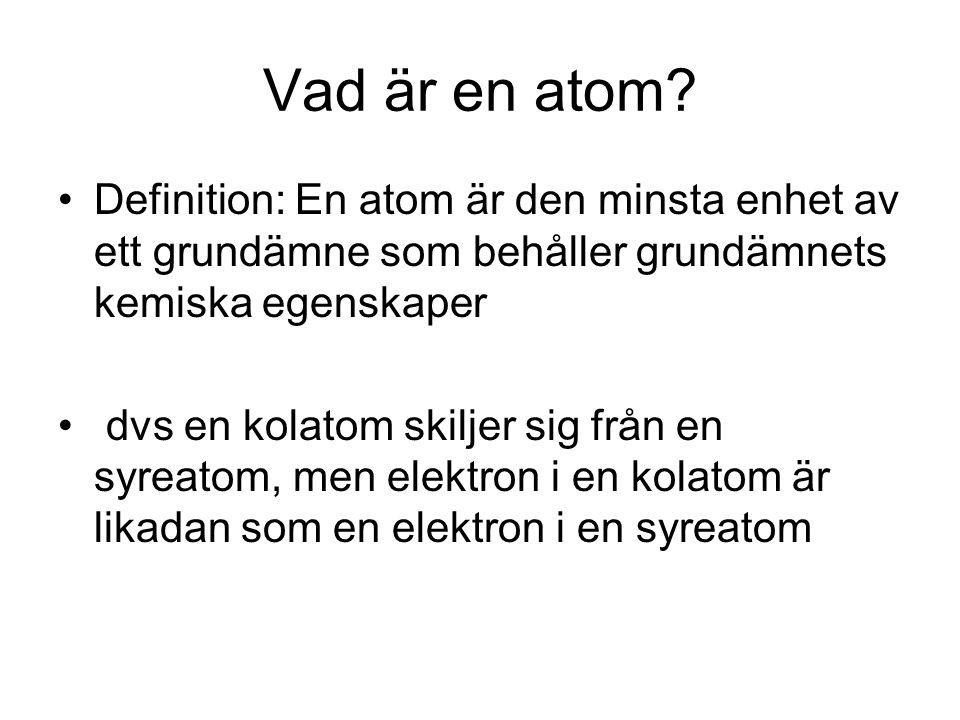 Vad är en atom? Definition: En atom är den minsta enhet av ett grundämne som behåller grundämnets kemiska egenskaper dvs en kolatom skiljer sig från e