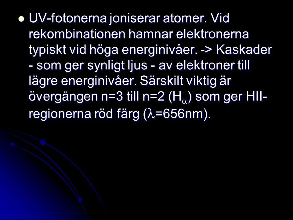 UV-fotonerna joniserar atomer. Vid rekombinationen hamnar elektronerna typiskt vid höga energinivåer. -> Kaskader - som ger synligt ljus - av elektron