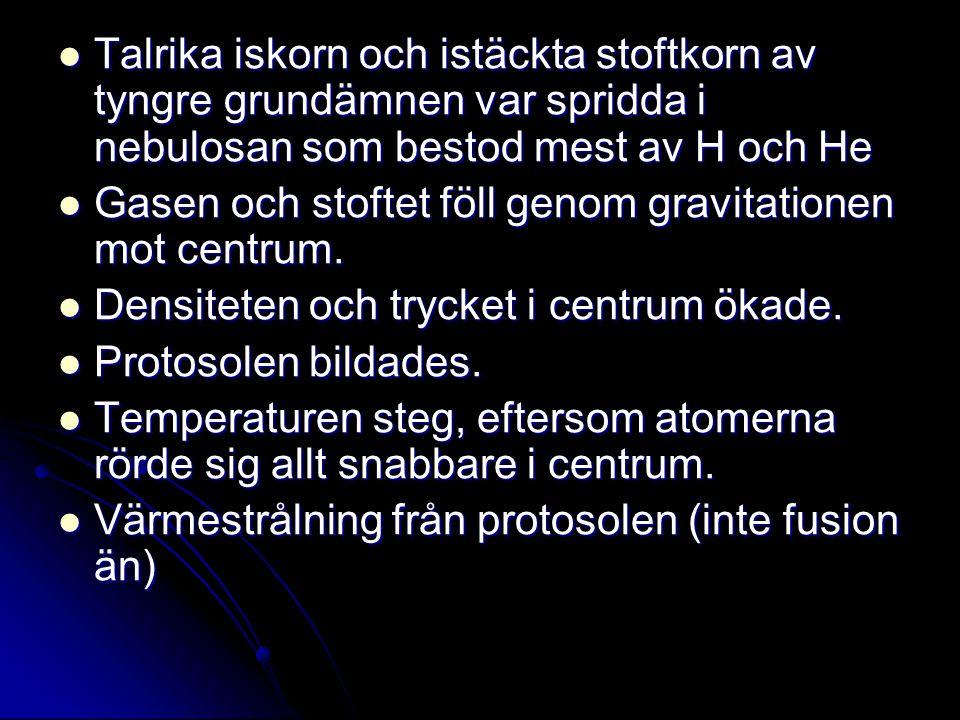 Talrika iskorn och istäckta stoftkorn av tyngre grundämnen var spridda i nebulosan som bestod mest av H och He Talrika iskorn och istäckta stoftkorn a