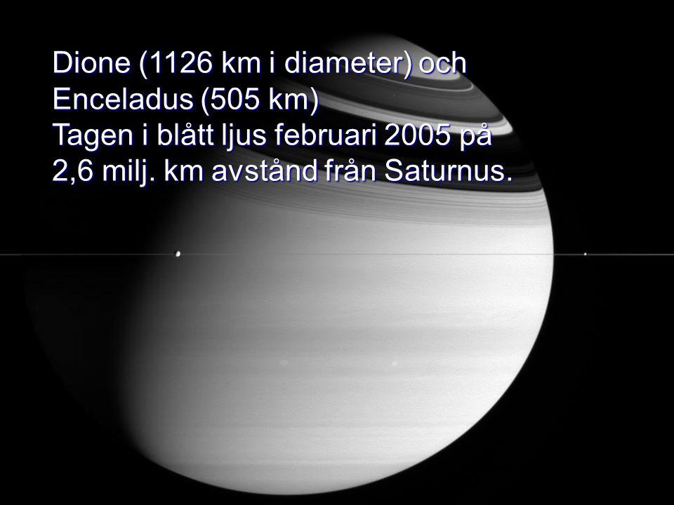 Dione (1126 km i diameter) och Enceladus (505 km) Tagen i blått ljus februari 2005 på 2,6 milj. km avstånd från Saturnus.
