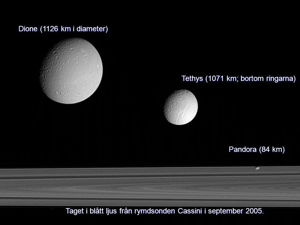 Dione (1126 km i diameter) Tethys (1071 km; bortom ringarna) Pandora (84 km) Taget i blått ljus från rymdsonden Cassini i september 2005.