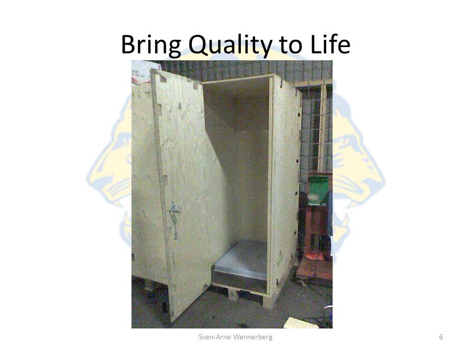 Bring Quality to Life Tälten packas i trälådor tillsammans med filtar, plastpressening, spade och hammare.