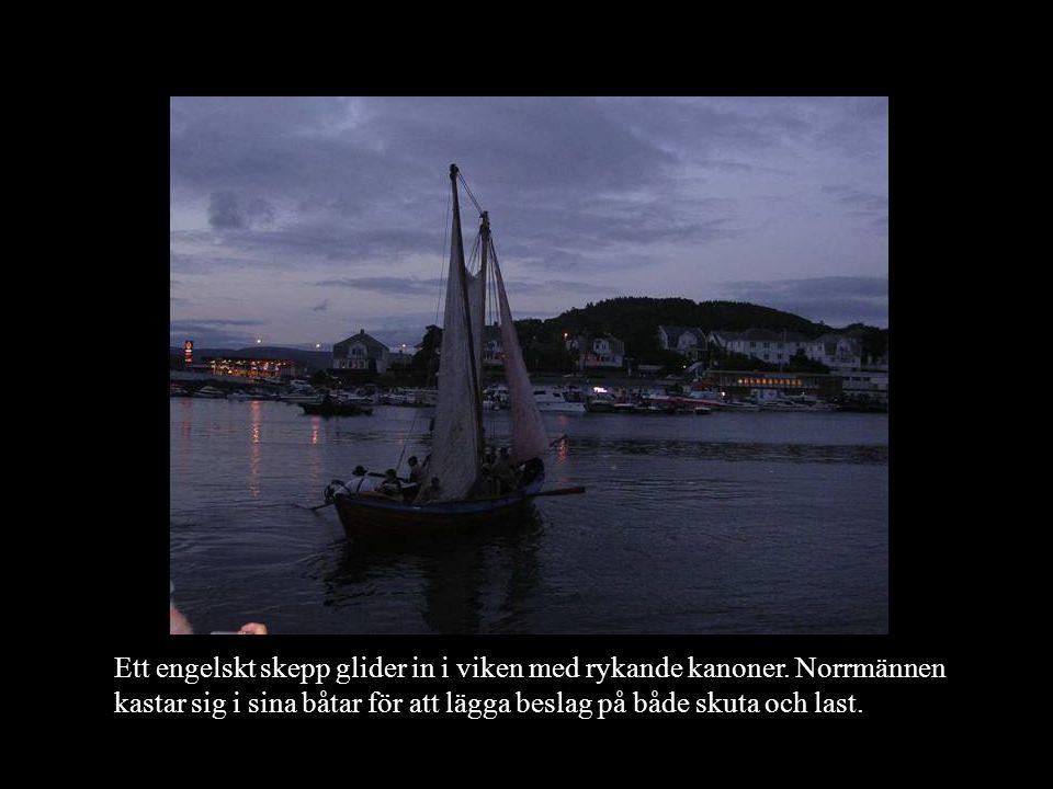 Ett engelskt skepp glider in i viken med rykande kanoner. Norrmännen kastar sig i sina båtar för att lägga beslag på både skuta och last.