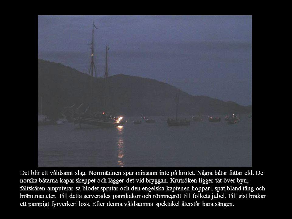 Det blir ett våldsamt slag. Norrmännen spar minsann inte på krutet. Några båtar fattar eld. De norska båtarna kapar skeppet och lägger det vid bryggan