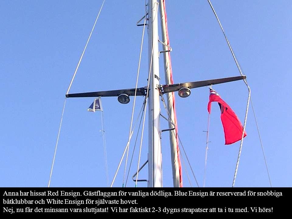 Anna har hissat Red Ensign. Gästflaggan för vanliga dödliga. Blue Ensign är reserverad för snobbiga båtklubbar och White Ensign för självaste hovet. N