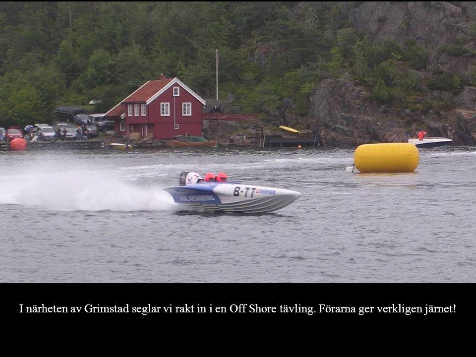 I närheten av Grimstad seglar vi rakt in i en Off Shore tävling. Förarna ger verkligen järnet!