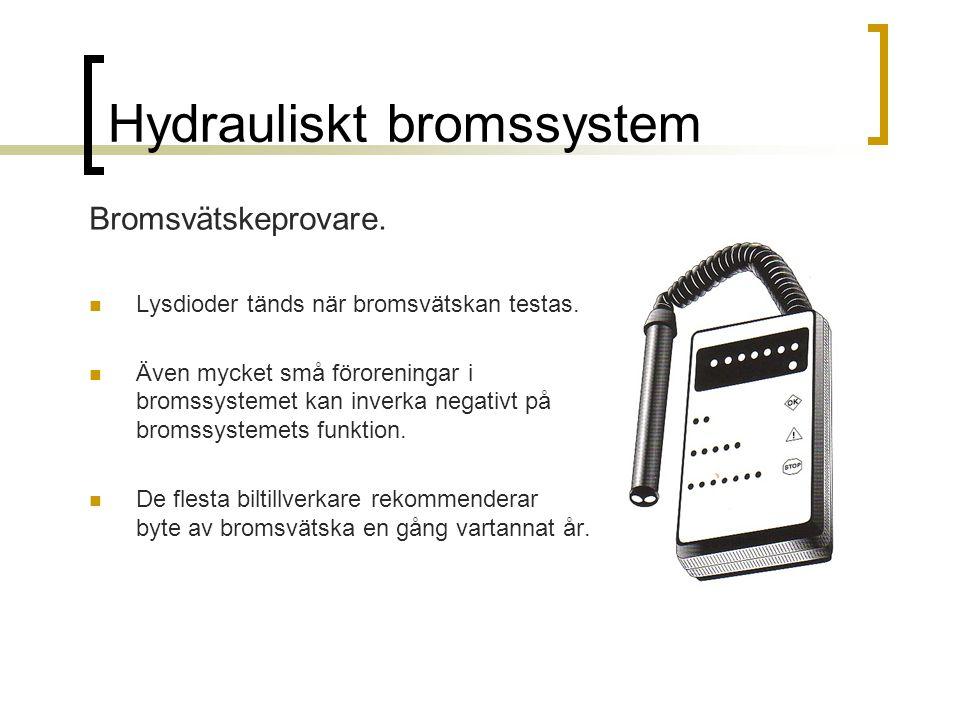 Hydrauliskt bromssystem Bromsvätskeprovare. Lysdioder tänds när bromsvätskan testas. Även mycket små föroreningar i bromssystemet kan inverka negativt