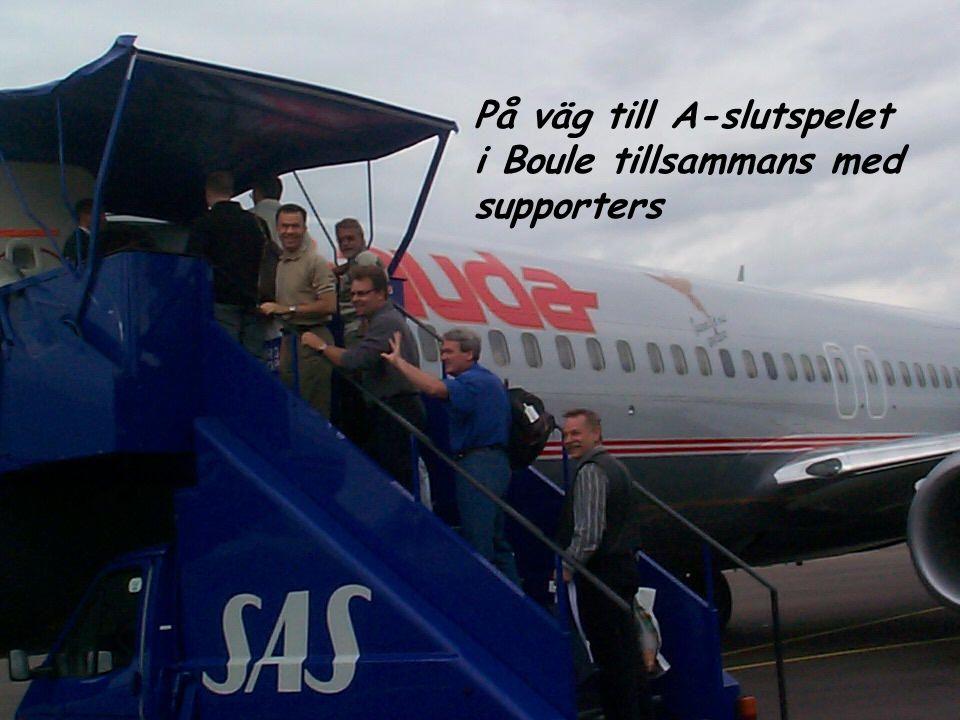 På väg till A-slutspelet i Boule tillsammans med supporters