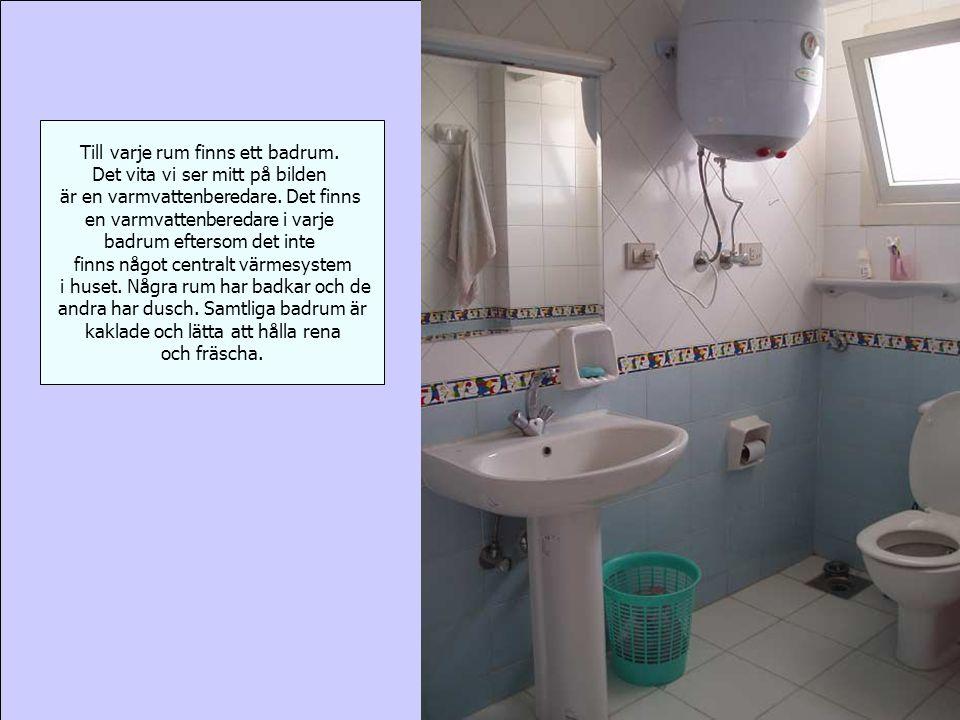 Till varje rum finns ett badrum. Det vita vi ser mitt på bilden är en varmvattenberedare.