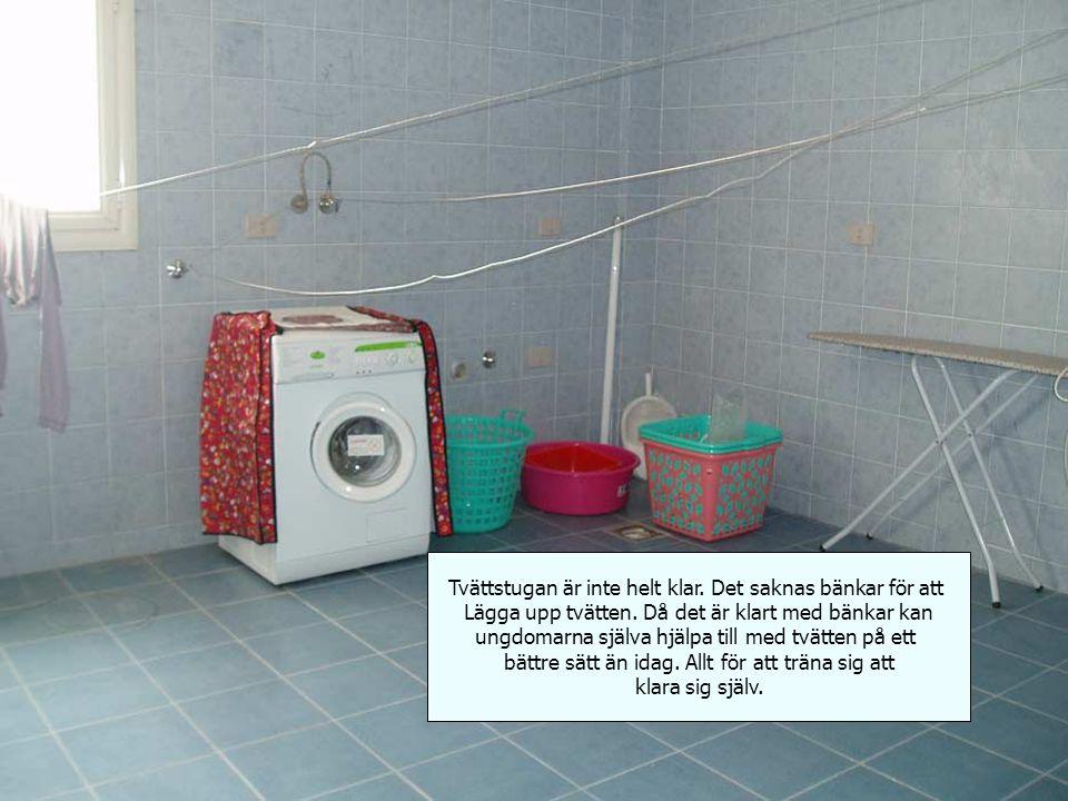 Tvättstugan är inte helt klar. Det saknas bänkar för att Lägga upp tvätten.