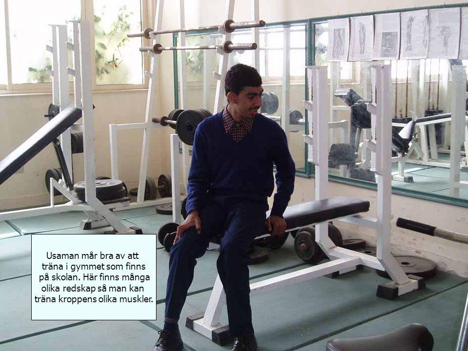 Usaman mår bra av att träna i gymmet som finns på skolan.