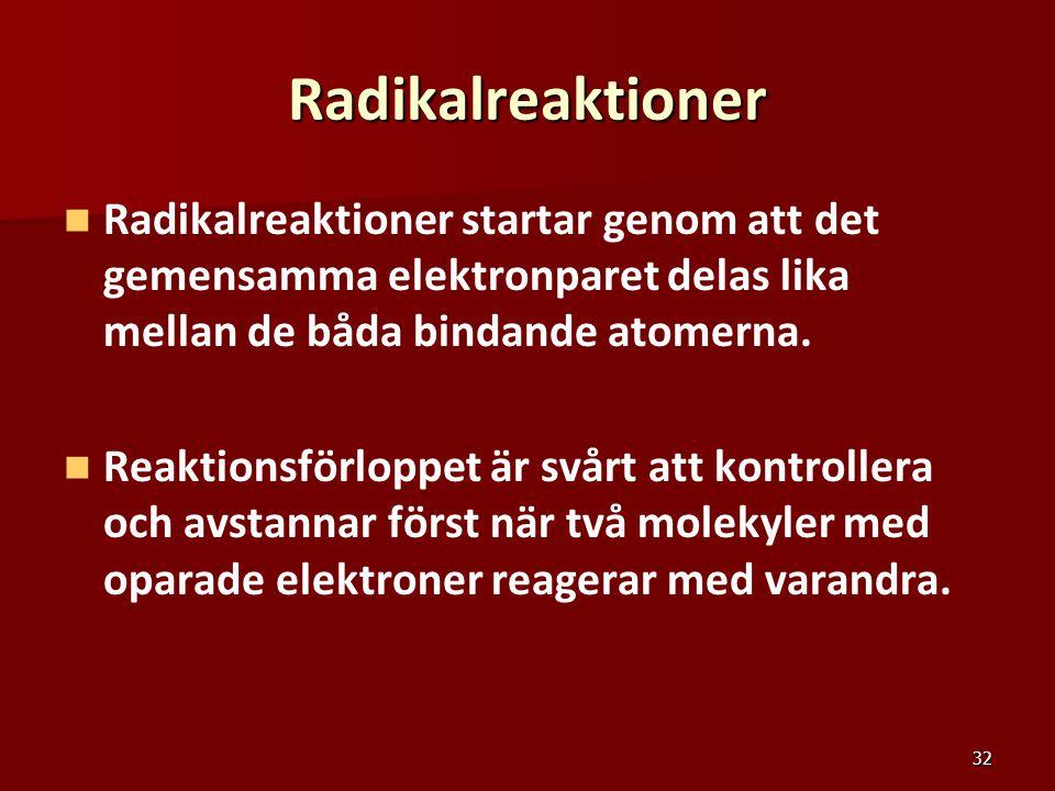 32 Radikalreaktioner Radikalreaktioner startar genom att det gemensamma elektronparet delas lika mellan de båda bindande atomerna. Reaktionsförloppet