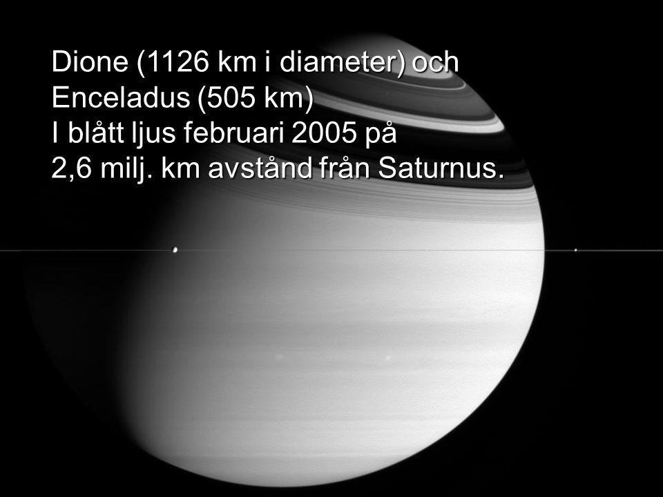 Dione (1126 km i diameter) och Enceladus (505 km) I blått ljus februari 2005 på 2,6 milj.