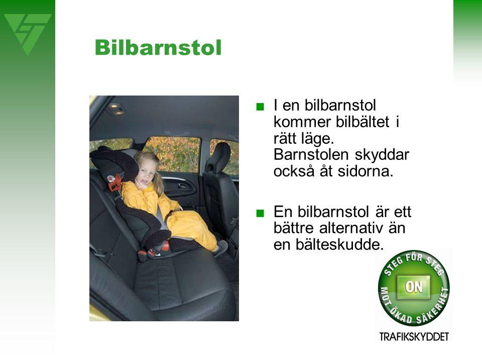 Bilbarnstol ■I en bilbarnstol kommer bilbältet i rätt läge. Barnstolen skyddar också åt sidorna. ■En bilbarnstol är ett bättre alternativ än en bältes