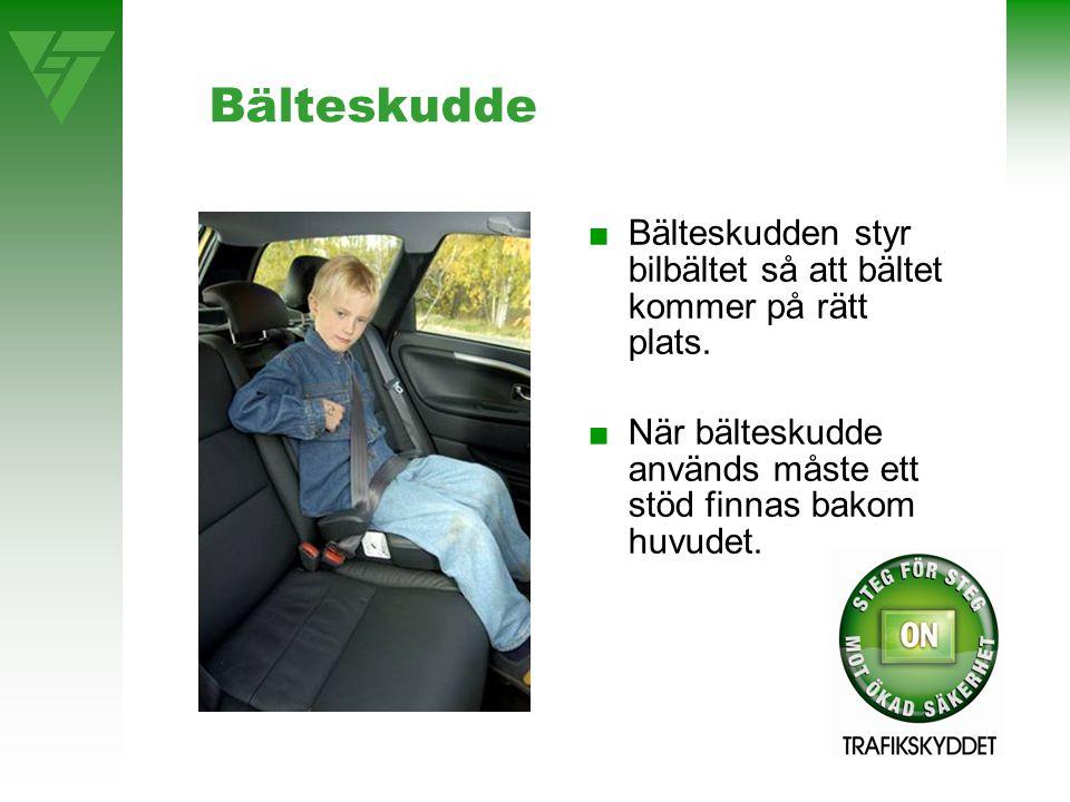 Bälteskudde ■Bälteskudden styr bilbältet så att bältet kommer på rätt plats. ■När bälteskudde används måste ett stöd finnas bakom huvudet.