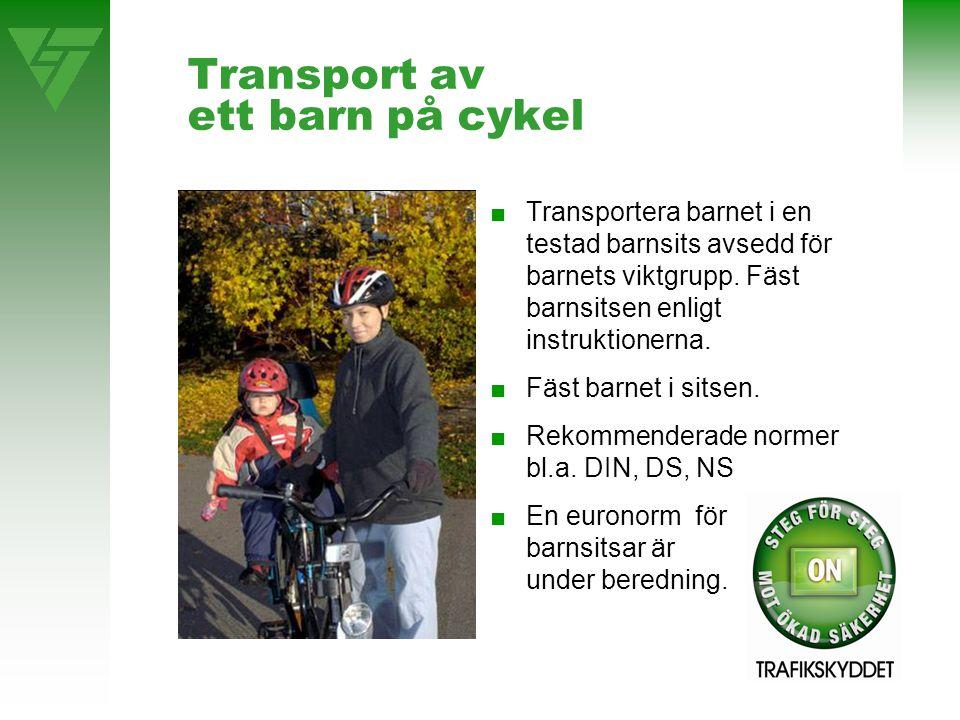 Transport av ett barn på cykel ■Transportera barnet i en testad barnsits avsedd för barnets viktgrupp. Fäst barnsitsen enligt instruktionerna. ■Fäst b