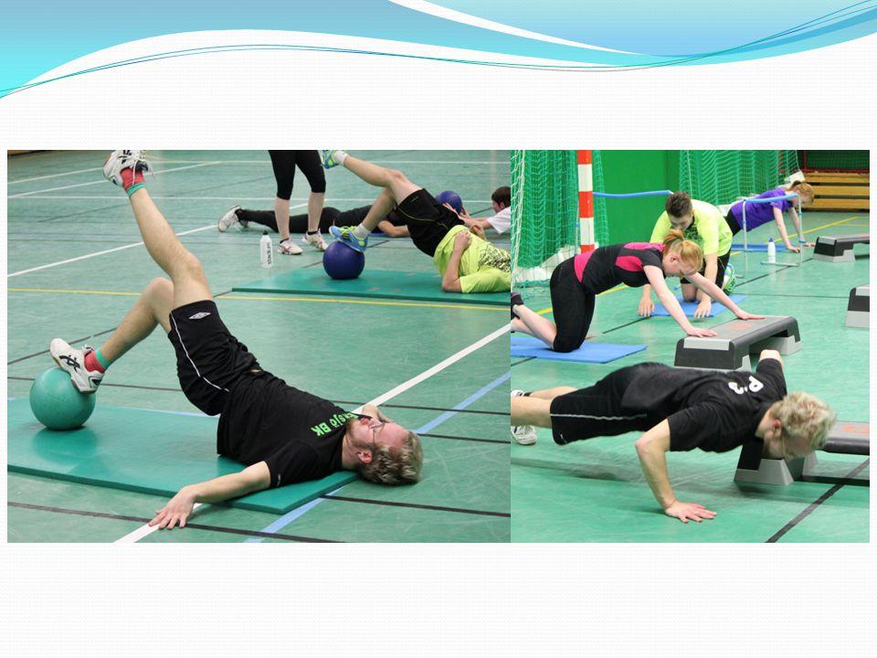 Vi tränar också kondition, oftast i form av olika hinderbanor