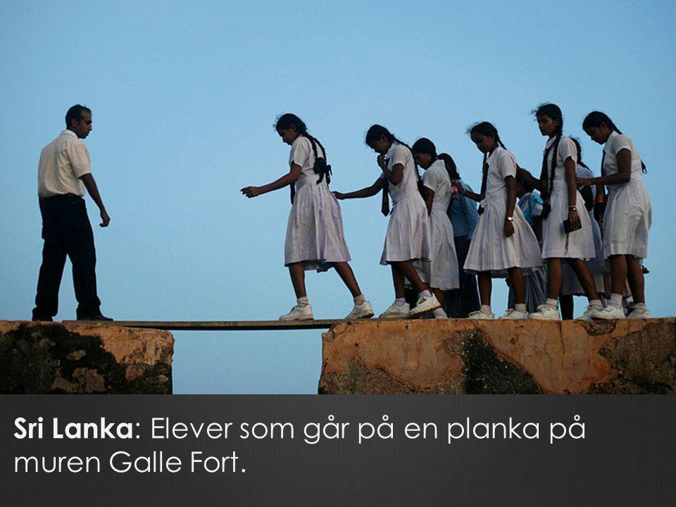 Sri Lanka : Elever som går på en planka på muren Galle Fort.
