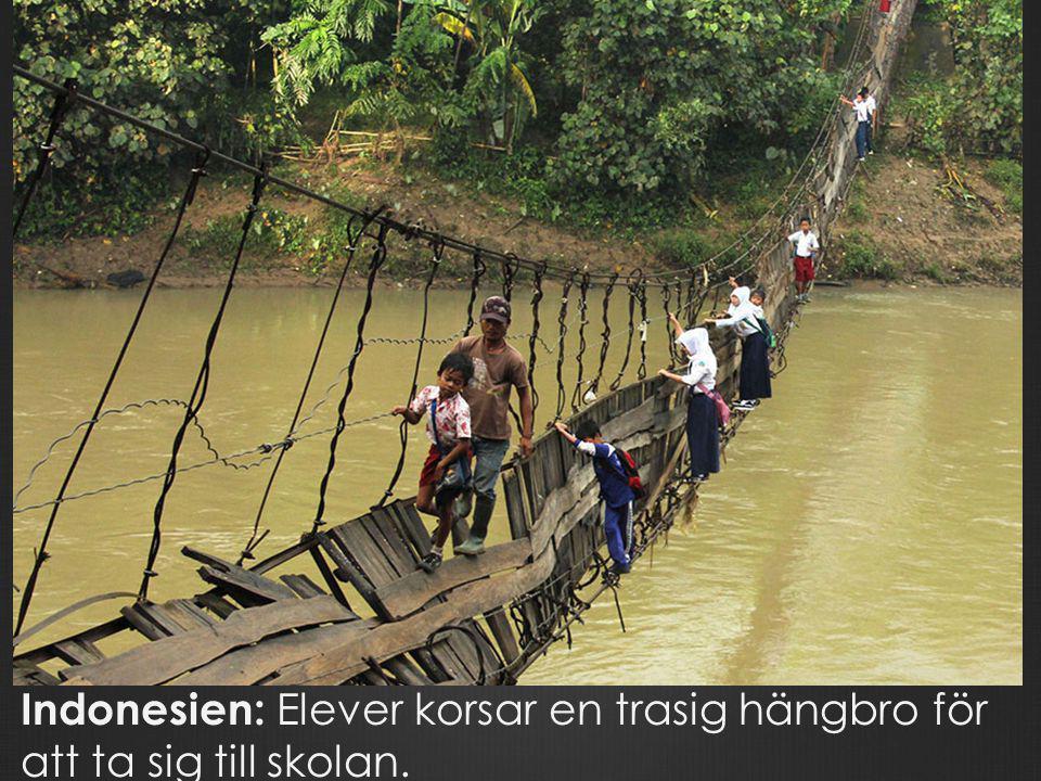 Indonesien: Elever korsar en trasig hängbro för att ta sig till skolan.