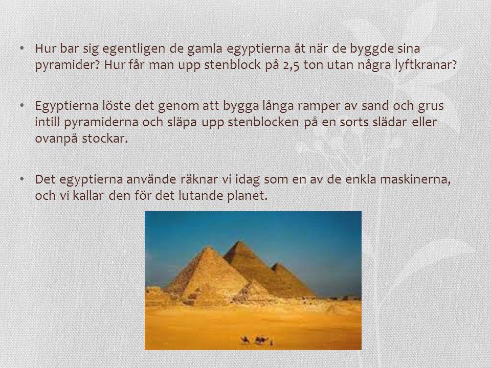 När egyptierna skulle få upp stenblocket till 50 meters höjd måste de kanske släpa det uppför en backe som var 500 meter lång.