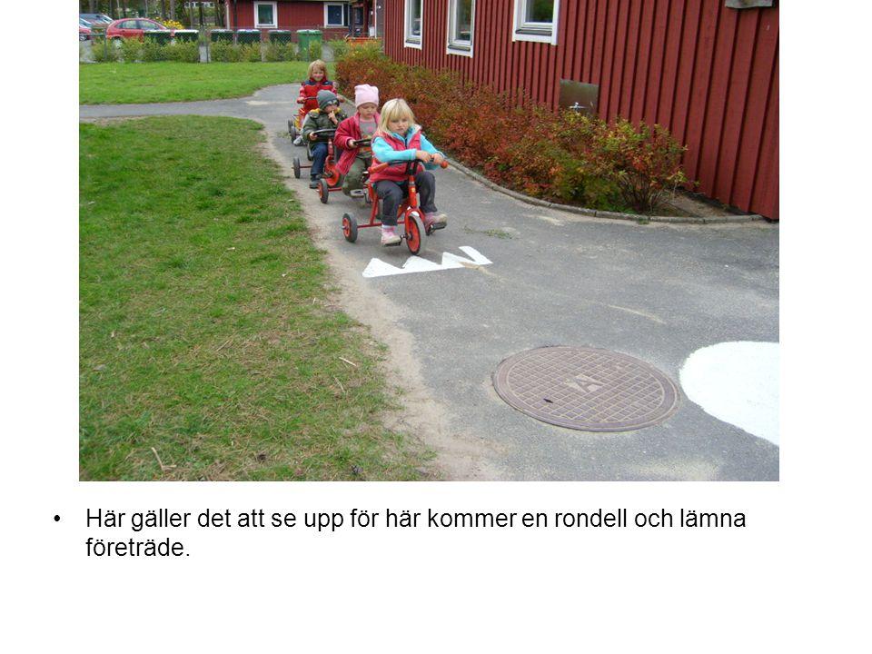 Vänster handtag på cykeln är markerat med röd textil tejp för att underlätta för barnen att veta vilken sida av vägen man ska köra på.