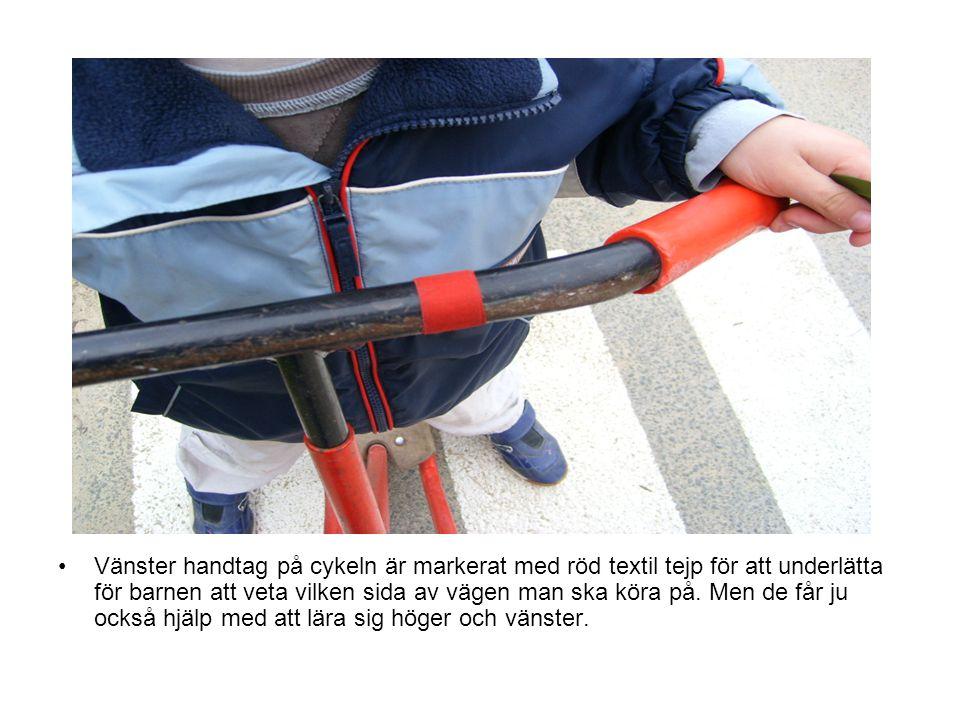 Vänster handtag på cykeln är markerat med röd textil tejp för att underlätta för barnen att veta vilken sida av vägen man ska köra på. Men de får ju o