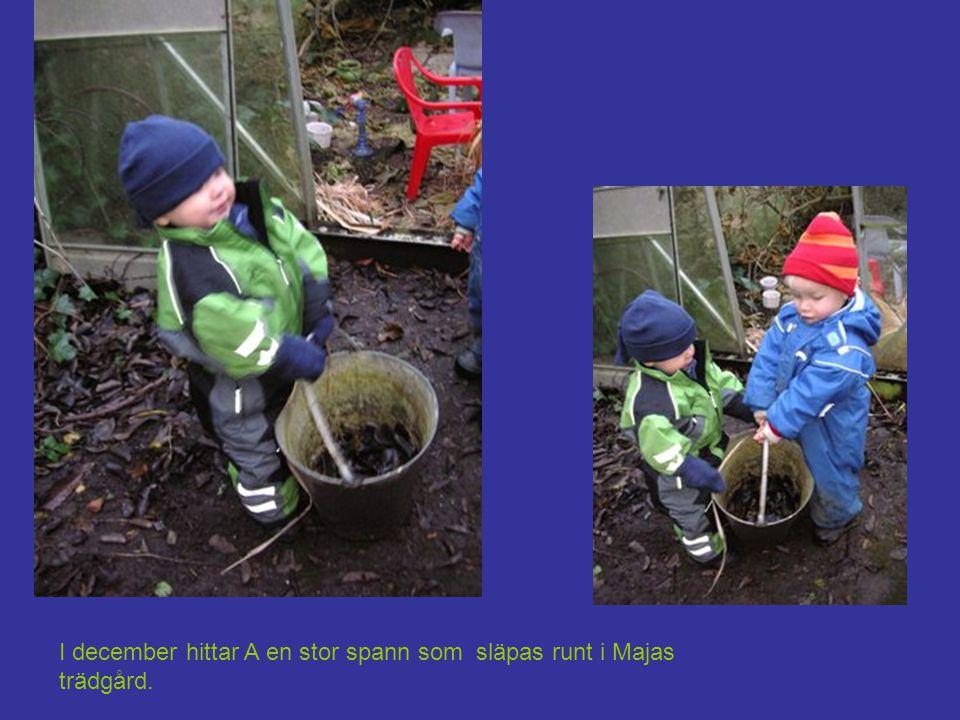 I december hittar A en stor spann som släpas runt i Majas trädgård.