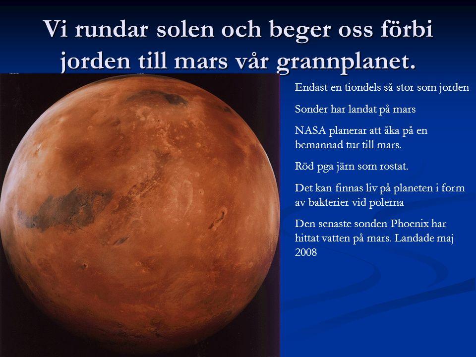 Vi rundar solen och beger oss förbi jorden till mars vår grannplanet. Endast en tiondels så stor som jorden Sonder har landat på mars NASA planerar at