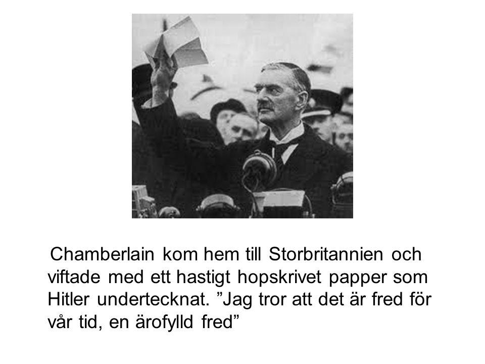 """Chamberlain kom hem till Storbritannien och viftade med ett hastigt hopskrivet papper som Hitler undertecknat. """"Jag tror att det är fred för vår tid,"""