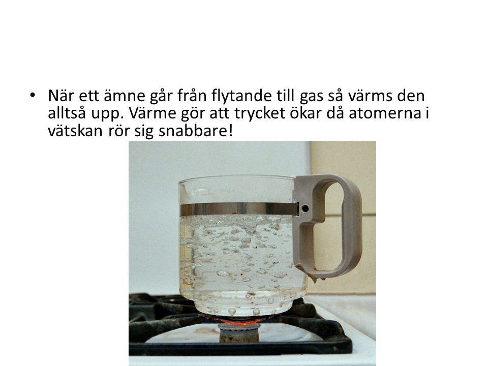 När ett ämne går från flytande till gas så värms den alltså upp. Värme gör att trycket ökar då atomerna i vätskan rör sig snabbare!