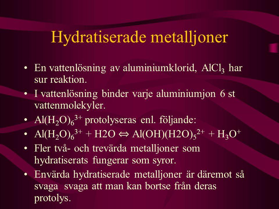 Hydratiserade metalljoner En vattenlösning av aluminiumklorid, AlCl 3 har sur reaktion. I vattenlösning binder varje aluminiumjon 6 st vattenmolekyler
