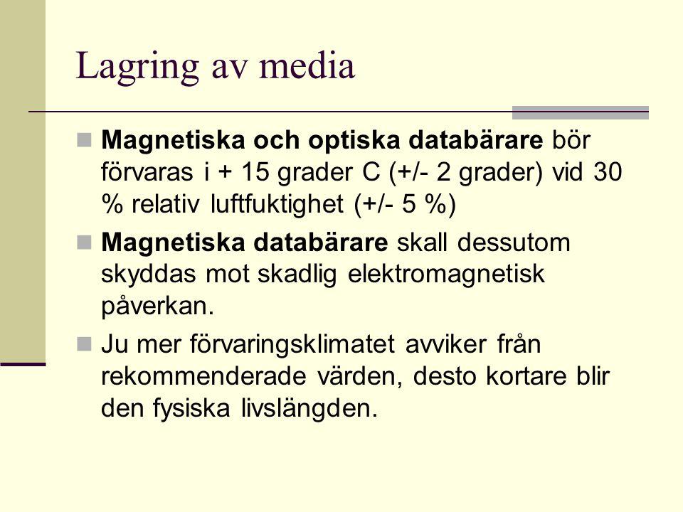 Lagring av media Magnetiska och optiska databärare bör förvaras i + 15 grader C (+/- 2 grader) vid 30 % relativ luftfuktighet (+/- 5 %) Magnetiska databärare skall dessutom skyddas mot skadlig elektromagnetisk påverkan.
