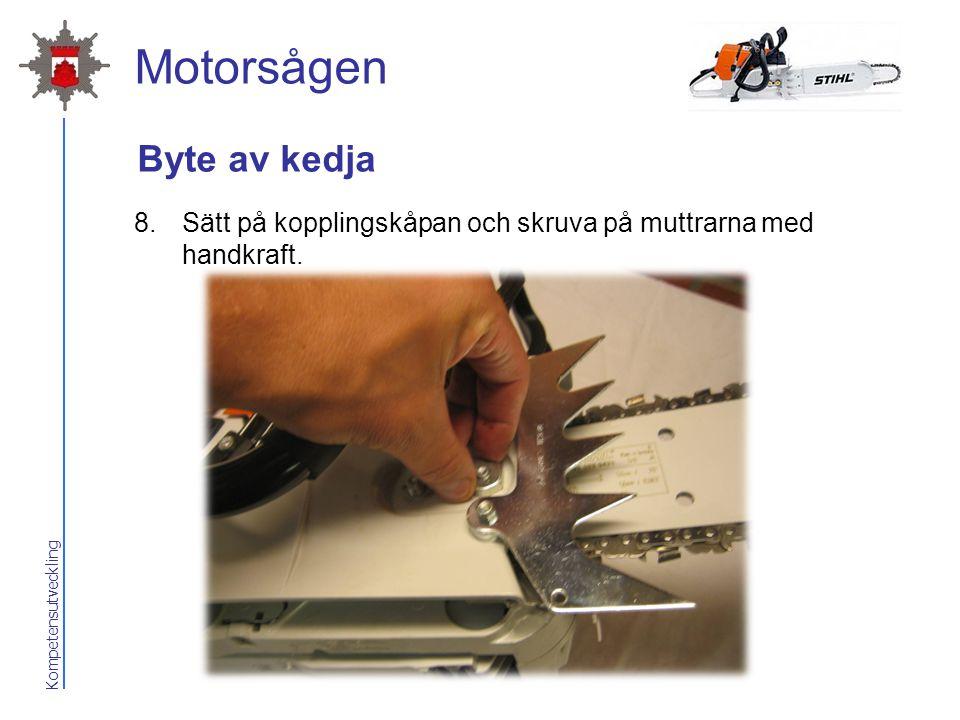 Kompetensutveckling Motorsågen Byte av kedja 8.Sätt på kopplingskåpan och skruva på muttrarna med handkraft.