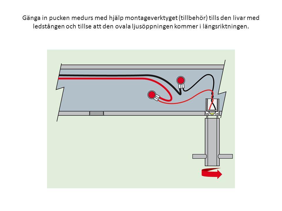 Gänga in pucken medurs med hjälp montageverktyget (tillbehör) tills den livar med ledstången och tillse att den ovala ljusöppningen kommer i längsriktningen.