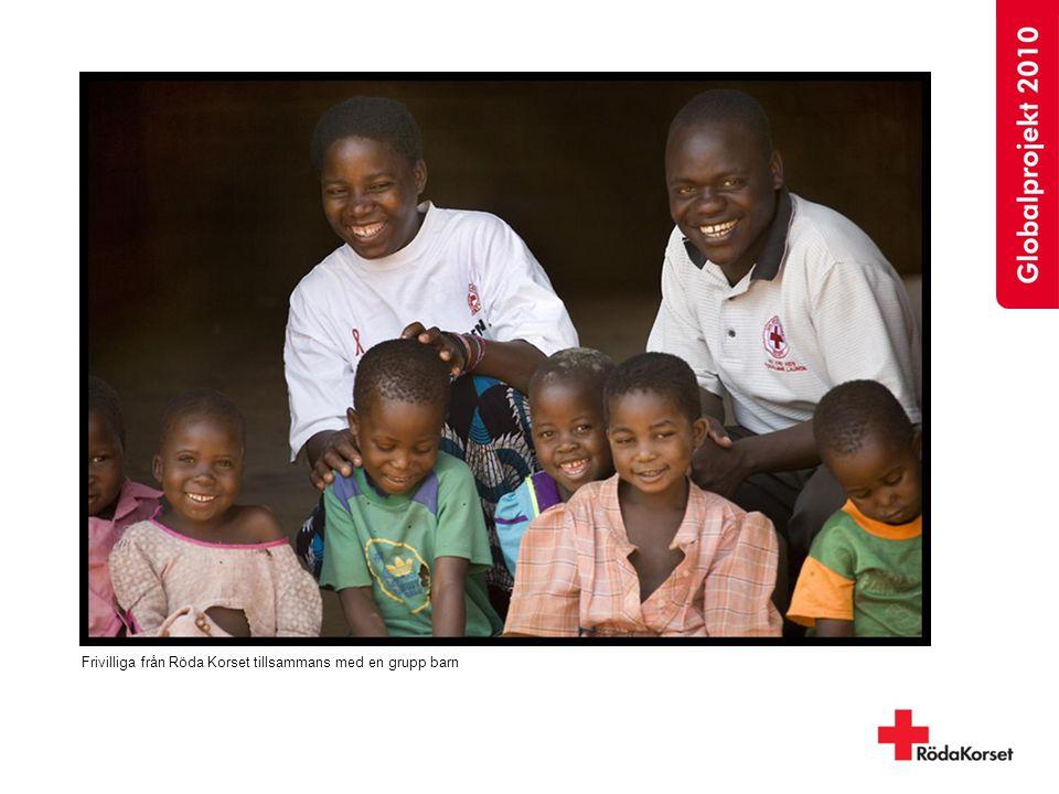 Frivilliga från Röda Korset tillsammans med en grupp barn