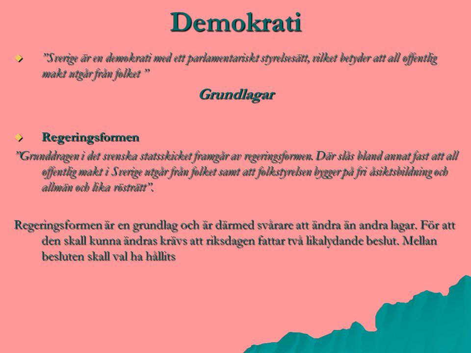 """Demokrati  """"Sverige är en demokrati med ett parlamentariskt styrelsesätt, vilket betyder att all offentlig makt utgår från folket """" Grundlagar  Rege"""