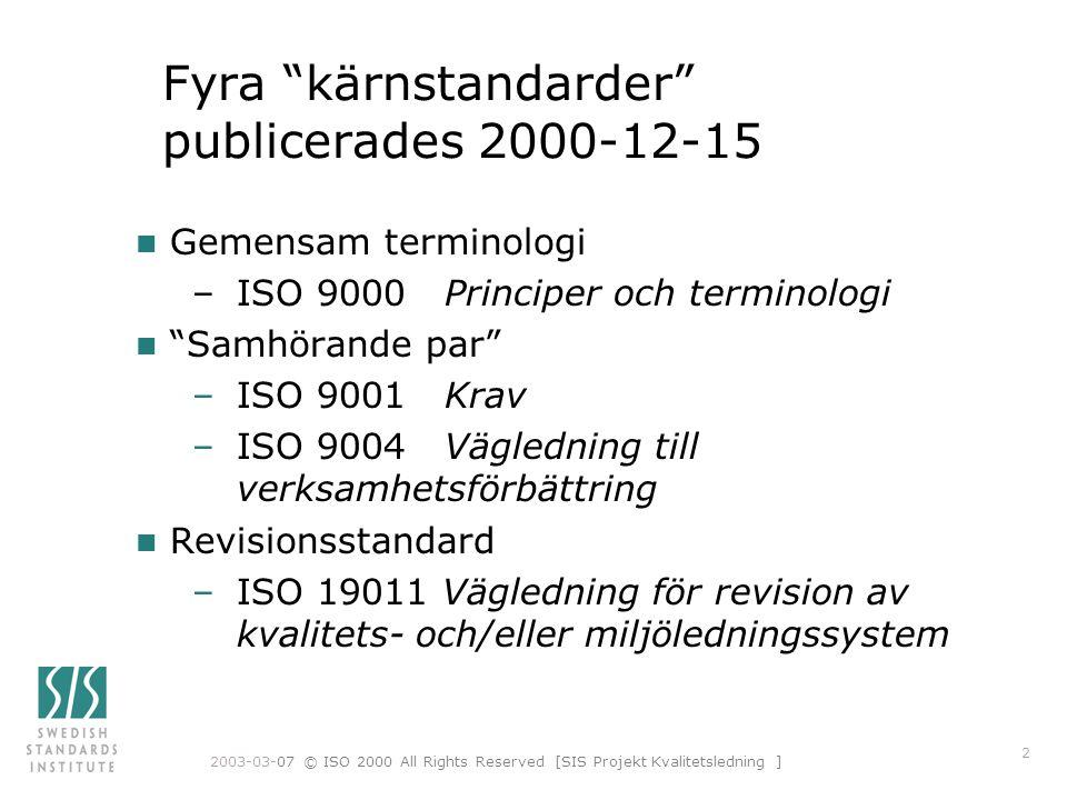 """2003-03-07 © ISO 2000 All Rights Reserved [SIS Projekt Kvalitetsledning ] 2 Fyra """"kärnstandarder"""" publicerades 2000-12-15 n Gemensam terminologi –ISO"""