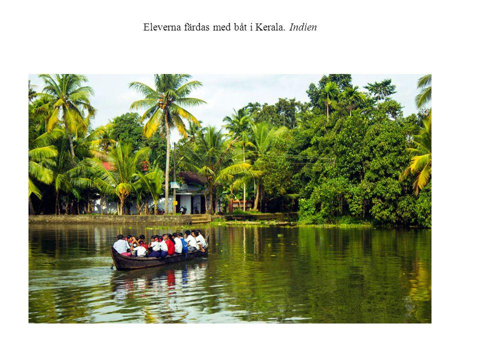 Eleverna färdas med båt i Kerala. Indien