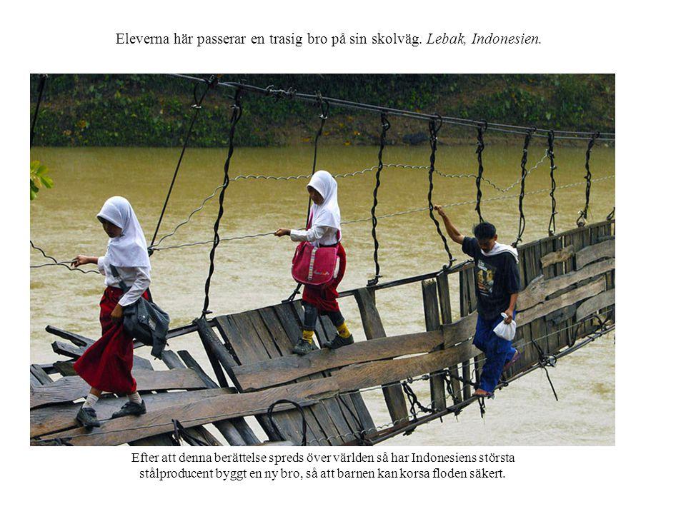 Eleverna här passerar en trasig bro på sin skolväg.