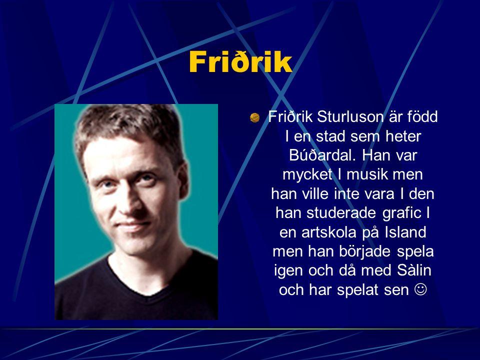 Jens är ocskå född i Reykjavik men han bodde i en liten stad som heter Mosfelsbaer och ör nöra Reykjavik. Han studerade i Los Angels hur ska tag upp e