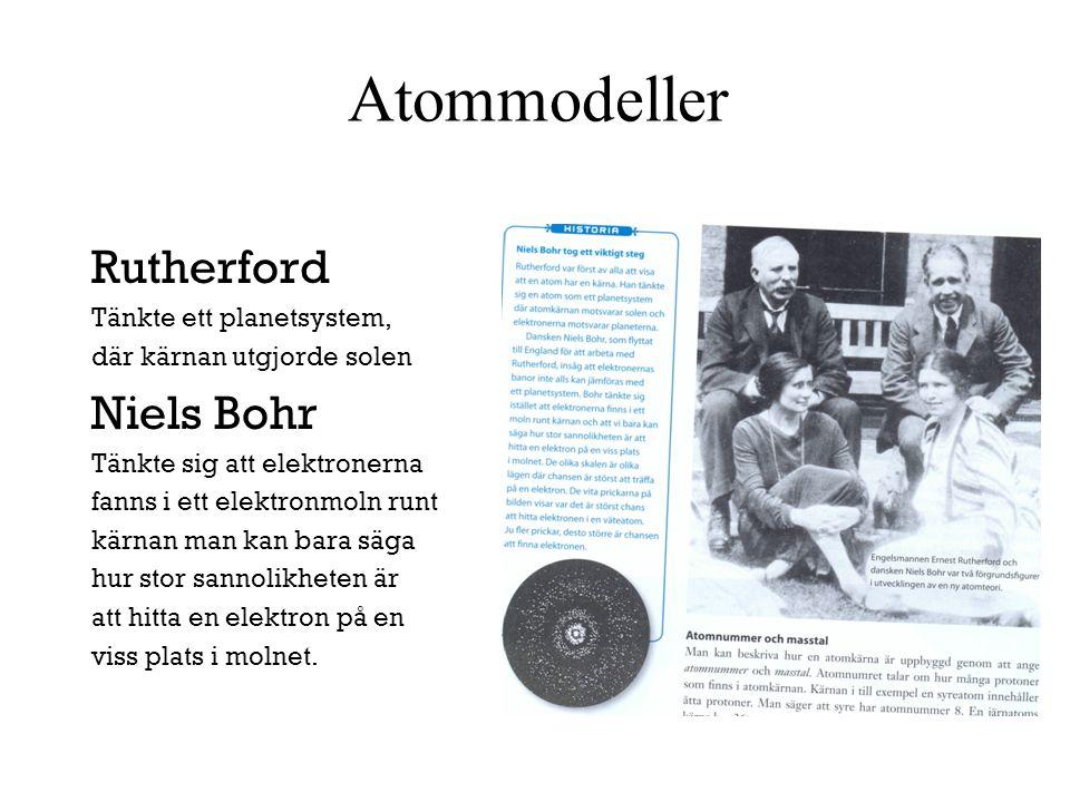 Atommodeller Rutherford Tänkte ett planetsystem, där kärnan utgjorde solen Niels Bohr Tänkte sig att elektronerna fanns i ett elektronmoln runt kärnan